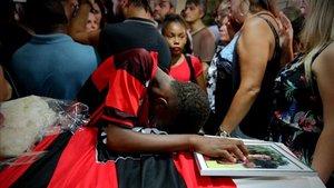 Vinicius Vital llorando durante el funeral de su amigo Arthur Vinicius