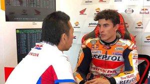 Márquez en su box hablando con miembros de su equipo en el Repsol Honda