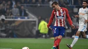 Antoine Griezmann conecta el remate que suponía el 1-0 para el Atlético de Madrid