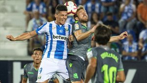 Carrillo disputa un balón con el centrocampista de la Real Sociedad, Asier Illarramendi