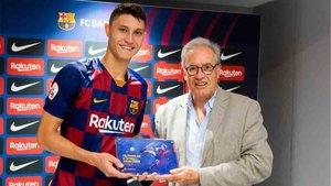 Cuenca recibió de manos del directivo Silvio Elías la placa que lo proclama autor del primer gol en el Estadi Johan Cruyff