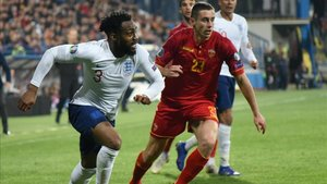 Danny Rose pelea un balón con el montenegrino Adam Marusic