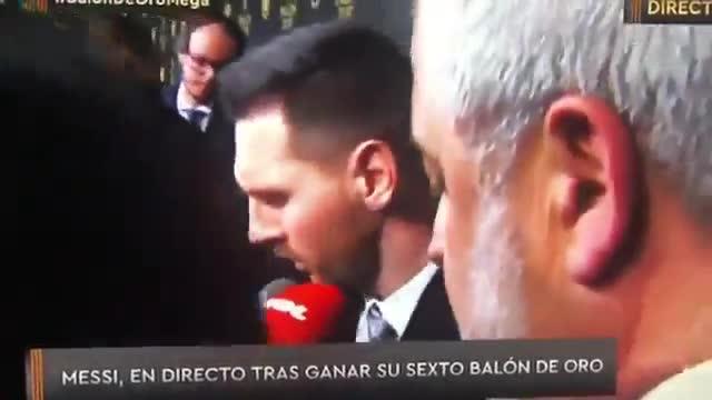 Edu Aguirre interrumpiendo a Messi mientras respondía a otros medios