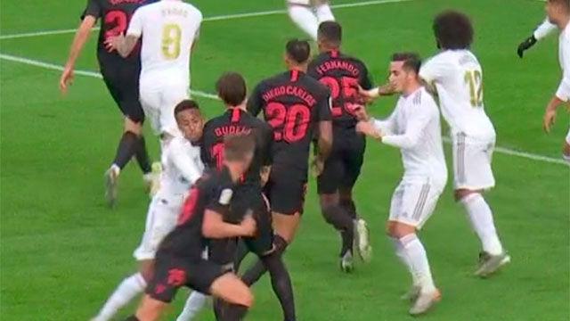 ¡Escándalo en el Bernabéu! El VAR se inventó una falta para anular un gol al Sevilla