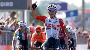 Ewan sonríe victorioso a su llegada a Novi Ligure