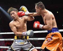 El filipino Nonito Donaire (R) y el japonés Naoya Inoue (R) pelean en su final de peso gallo de la Súper Serie Mundial de Boxeo en el Saitama Super Arena en Saitama.