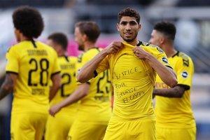 Jadon Sancho del Borussia Dortmund celebra el gol 0-2 con una camiseta de Justice for George Floyd