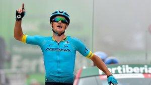 Jakob Fuglsang celebra su primer triunfo en una gran vuelta