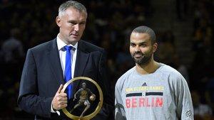 Kamil Novak, director ejecutivo de FIBA Europa, junto a Tony Parker