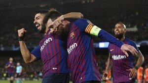 Leo Messi celebra con Luis Suárez el momentáneo 3-1 ante el Olympique Lyon