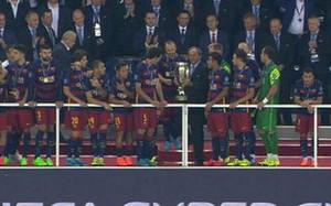 Pedro, a la derecha de la imagen, como ausente mientras sus compañeros esperan para levantar la copa