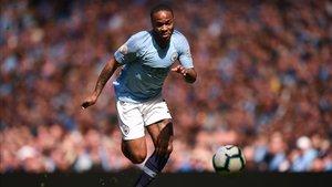 Sterling disputando un partido de la liga inglesa ante el Tottenham