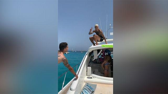 Tello y Bartra se divierten juntos en Ibiza