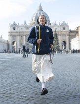 Una monja, integrante del equipo de atletismo del Vaticano, corre para los medios frente a la basílica de San Pedro, en el Vaticano. Este nuevo equipo está integrado por integrantes de la guardia suiza, curas, monjas, farmacéuticos.