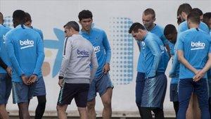 Valverde, junto a Messi, en la charla previa al entrenamiento