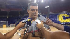 Xavi Pascual atendiendo a los medios de comunicación