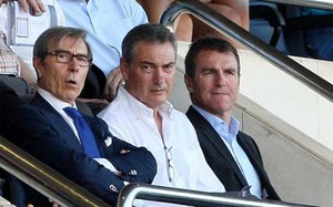 Ariedo Braida, Pep Segura y Robert Fernández, por este orden, en la grada del Mini durante un partido