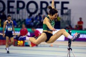 La atleta Bárbara Hernando durante la prueba de salto de longitud en el pentatlón del campeonato de España de atletismo disputado hoy en Antequera, Málaga