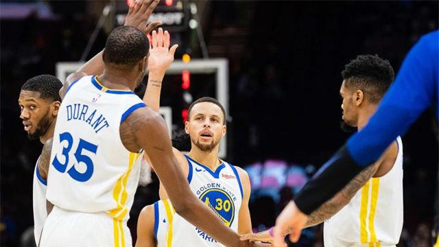 Curry y Thompson lideran a los Warriors en su victoria ante los Bucks