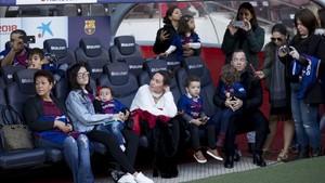 La familia de Coutinho, en el Camp Nou
