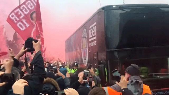El hostil recibimiento de los aficionados del Liverpool en la llegada en autobús del City el año pasado