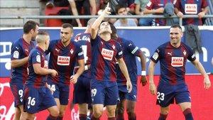 Los jugadores del Eibar hacen piña celebrando uno de sus últimos goles
