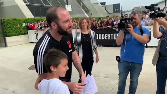 Los tifosi le piden a Higuaín que se quede en la Juventus