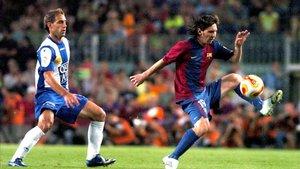 Messi lucha por el balón con Zabaleta durante un partido en 2006