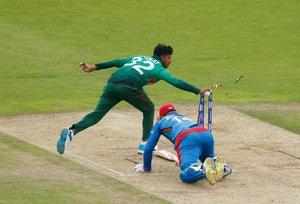 Mosaddek Hossain (L) de Bangladesh intenta atropellar al capitán de Afganistán, Gulbadin Naib, durante el partido de la fase de grupos de la Copa Mundial de Críquet 2019 entre Bangladesh y Afganistán en el Rose Bowl en Southampton, sur de Inglaterra.