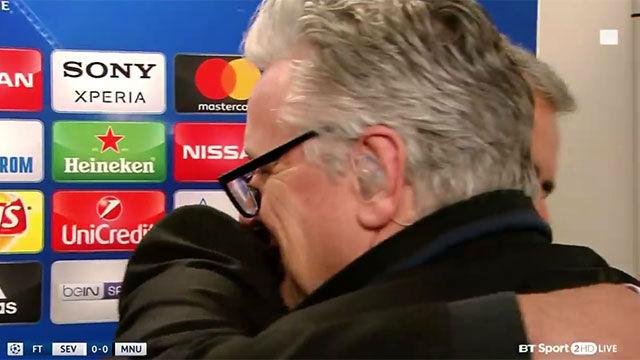 Mourinho abraza a un periodista por no preguntarle por Pogba