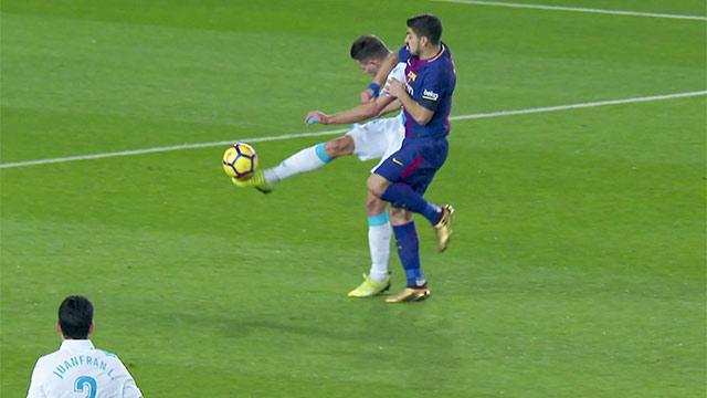 Piden la roja a Suárez por un codazo a Schar (ES)