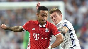 Thiago, pugnando un balón con Kroos durante el partido