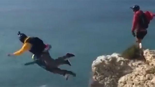 Se tira de 100 metros de altura... y no se le abre el paracaídas