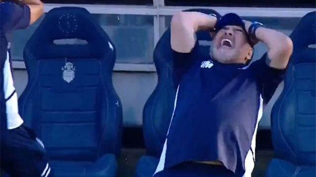 La torpeza de Maradona: se cae de espaldas tras lamentar una ocasión fallada