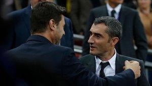 Valverde saluda a Pochettino antes del incio del partido en Wembley