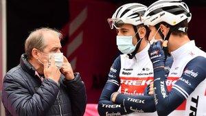 Vegni conversa con unos ciclistas del Trek Segafredo