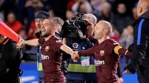Alba celebra el título junto a Andrés Iniesta, sobre la hierba de Riazor