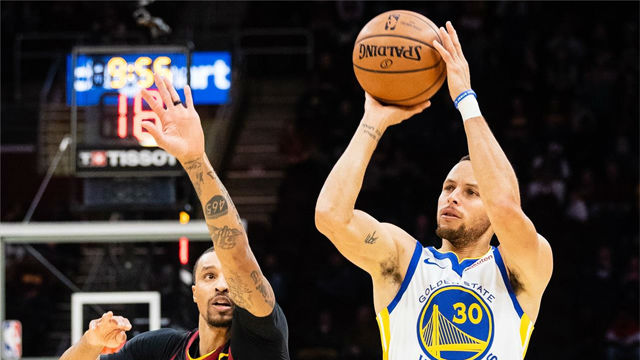 Curry vuelve a dejar su sello con un espectacular triple