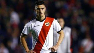 Emiliano Velázquez tiene 24 años y solo ha disputado 36 minutos en la Liga con el Rayo Vallecano