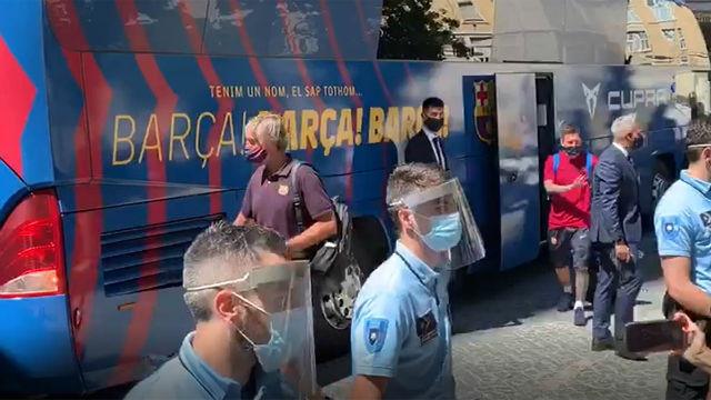 Esta fue la ovación que se llevó Messi al bajar del autobús en Lisboa