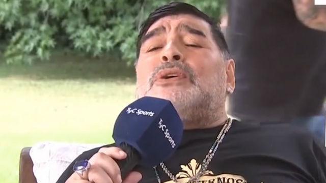 Esto no lo habíamos visto aún: Maradona cantando en perfecto italiano