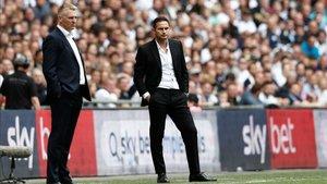 Frank Lampard junto al entrenador del Aston Villa, Dean Smith