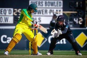 La jugadora australiana Rachael Haynes juega un tiro mientras la wicketkeeper de Nueva Zelanda Katey Martin (R) mira durante el segundo partido de cricket internacional de un día (ODI) entre Australia y Nueva Zelanda en Alan Border Field.