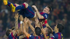 Los compañeros mantean a Leo Messi tras el Barça-Sevilla en el que igualó el récord goleador de Telmo Zarra en la Liga