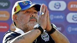 Maradona no continuará en el banquillo del Lobo.