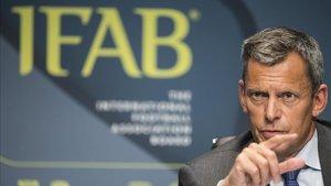 Martin Glenn, Director Ejecutivo de la Asociación de Fútbol de Inglaterra, asiste a una conferencia de prensa en la 132a Reunión General Anual de la Federación Internacional de Fútbol (IFAB) en la sede de la FIFA en Zúrich