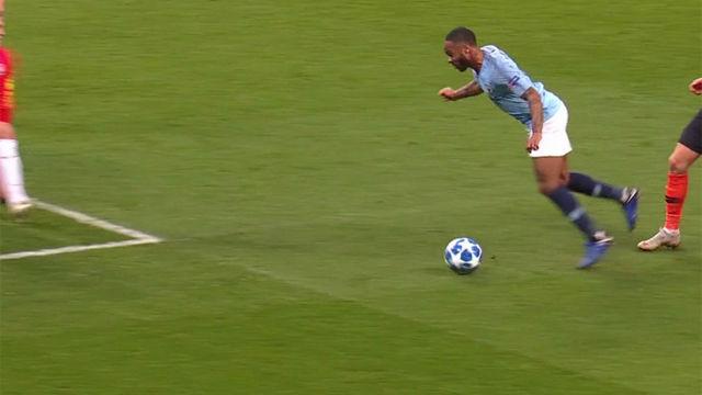 El mayor piscinazo de la Champions lo protagonizó Sterling...¡Y el árbitro pitó penalti!