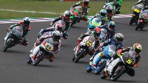 Momento de una carrera de Moto3
