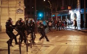 Policías franceses, actuando en los alrededores del arco de triunfo parisino
