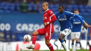 Thiago Alcántara en un partido de la Premier League ante el Everton